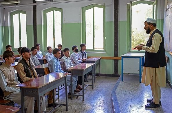 Colegiile şi liceele s-au redeschis în Afganistan, însă numai pentru băieţi. GALERIE FOTO