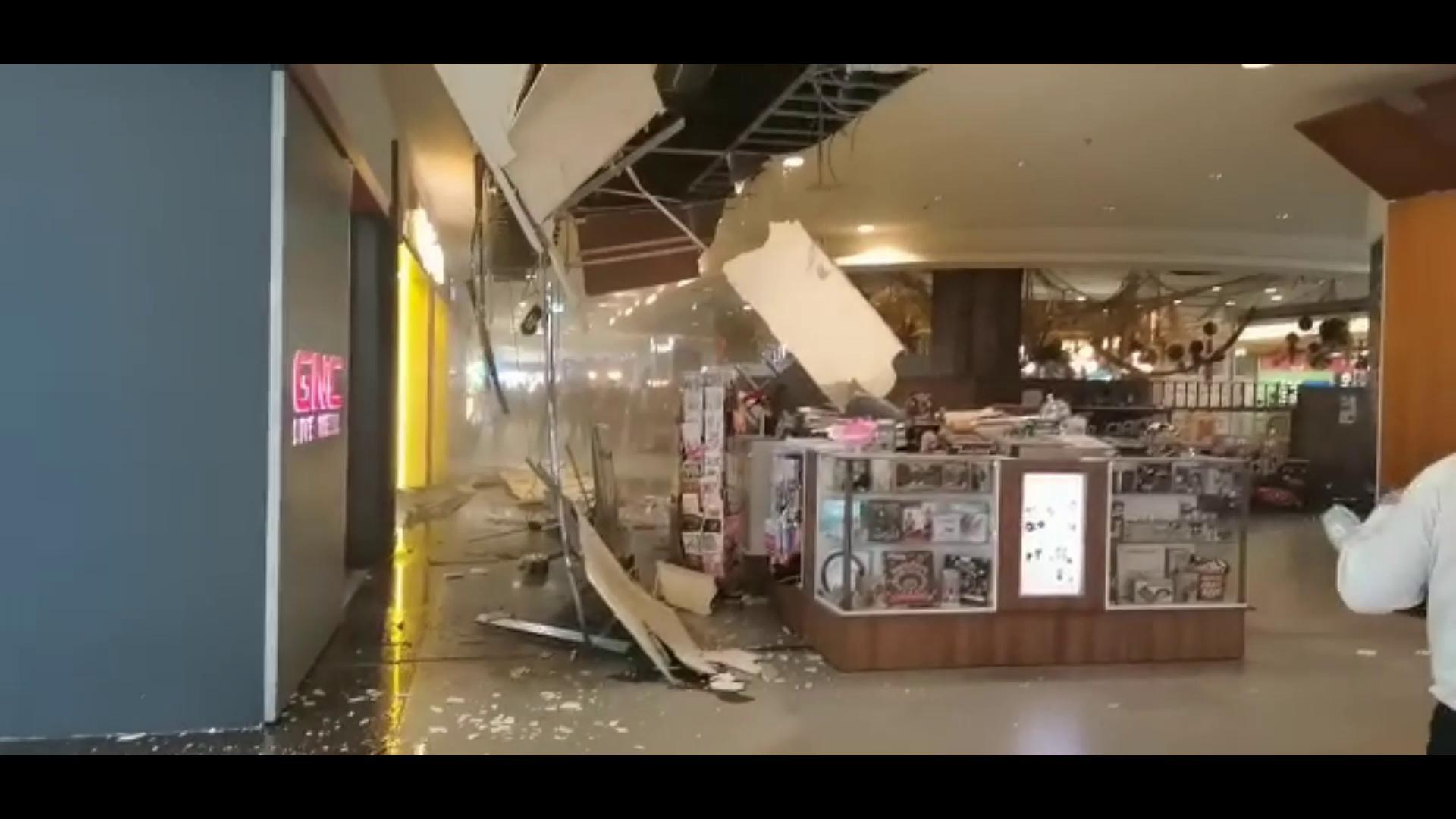 Tavanul unui mall din Cluj s-a prăbușit peste un stand sub ochii clienților. VIDEO