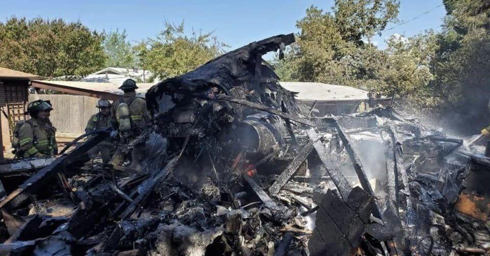 VIDEO Un avion militar s-a prăbuşit într-o zonă rezidenţială din Texas. Piloţii sunt spitalizaţi