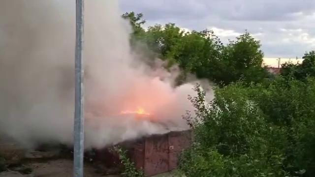 Trei garaje din Arad au fost incendiate de oameni ai străzii. O femeie a fost dusă la spital