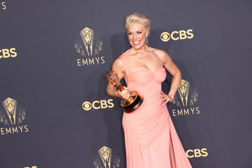 FOTO Premiile Emmy 2021. Ținutele care au atras cele mai multe priviri pe covorul roșu