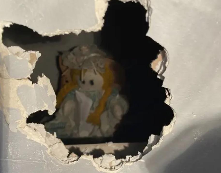 Un bărbat a găsit o păpușă infiorătoare în pereții casei. Biletul care o însoțea l-a îngrozit și mai tare