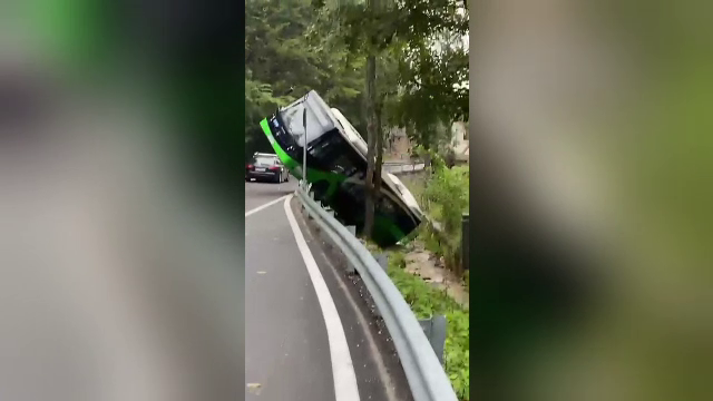 """Un autobuz din Brașov s-a răsturnat în Pârâul Graft. Cauza ar fi fost o """"intervenție tehnică"""""""