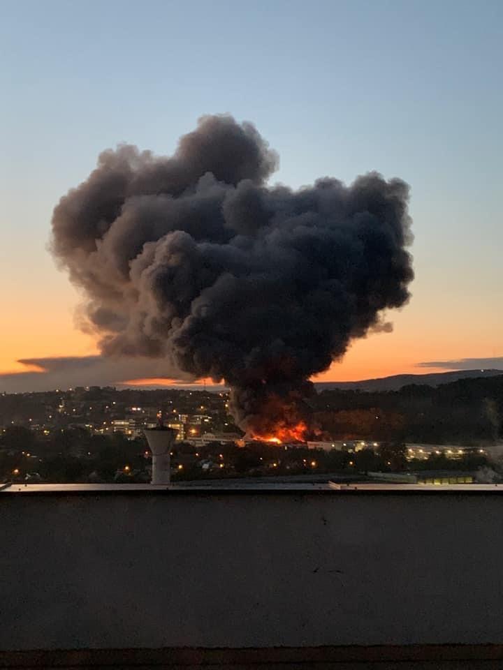 Incendiu violent la o hală din Cluj Napoca. Oamenii sunt rugați să stea în case și să închidă geamurile. GALERIE FOTO