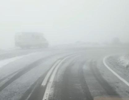 Prima zăpadă pe Transfăgărășan. S-a intervenit cu material antiderapant în zona Bâlea Lac. VIDEO