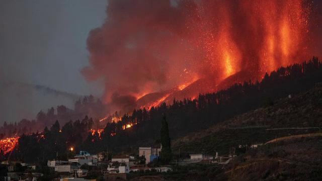 """Erupția vulcanului """"Cumbre Vieja"""" continuă. Sunt 50 de români pe insula La Palma: """"Activitatea este în plină desfășurare"""""""