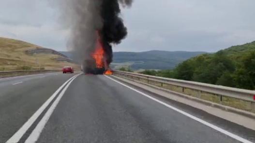 Incendiu violent pe șoseaua de centură a Clujului. O camionetă încărcată cu mobilă a fost cuprinsă de flăcări