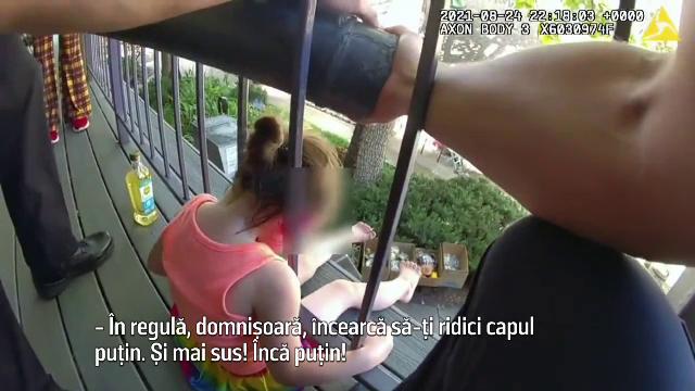 VIDEO Momentul emoționant în care o fetiță este salvată de polițiști după ce a rămas cu capul blocat într-o balustradă