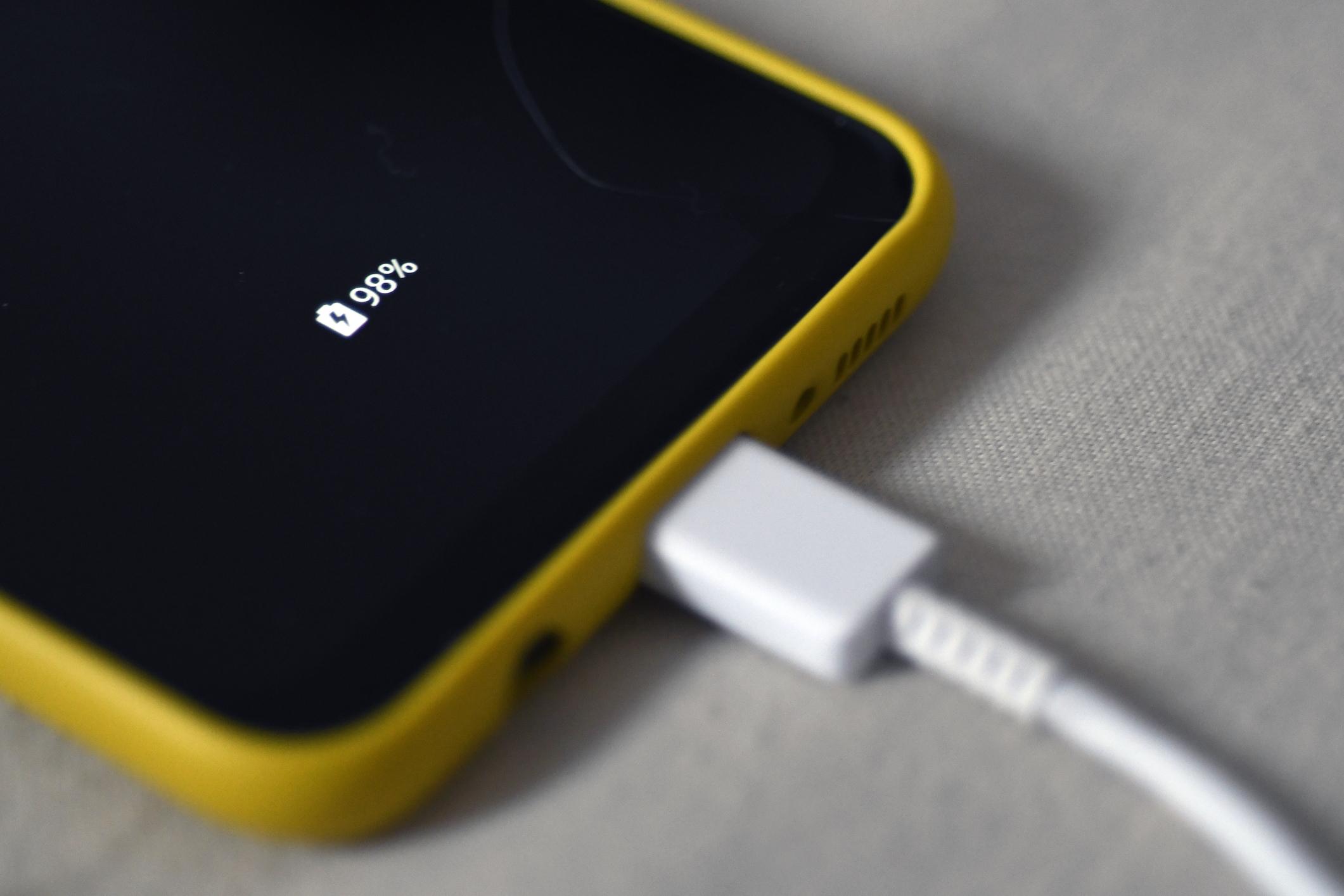 Lovitură teribilă pentru Apple. UE vrea să impună un încărcător de telefon universal