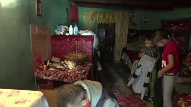 Rămas văduv la 50 de ani, un tată se chinuie din răsputeri să-și crească cei doi copii