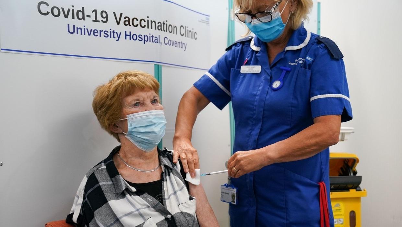 Prima persoană din lume vaccinată anti-Covid cu Pfizer a primit a treia doză