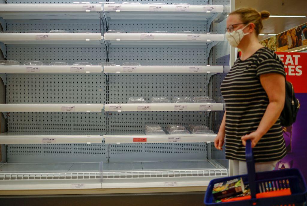 Magazine goale, benzinării închise și o explozie a prețurilor la energie. Marea Britanie se pregătește de o iarnă dură