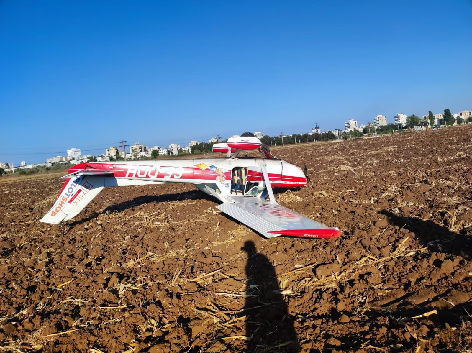 Anchetă a Parchetului de pe lângă Curtea de Apel Ploieşti în cazul avionului aterizat forţat pe un câmp