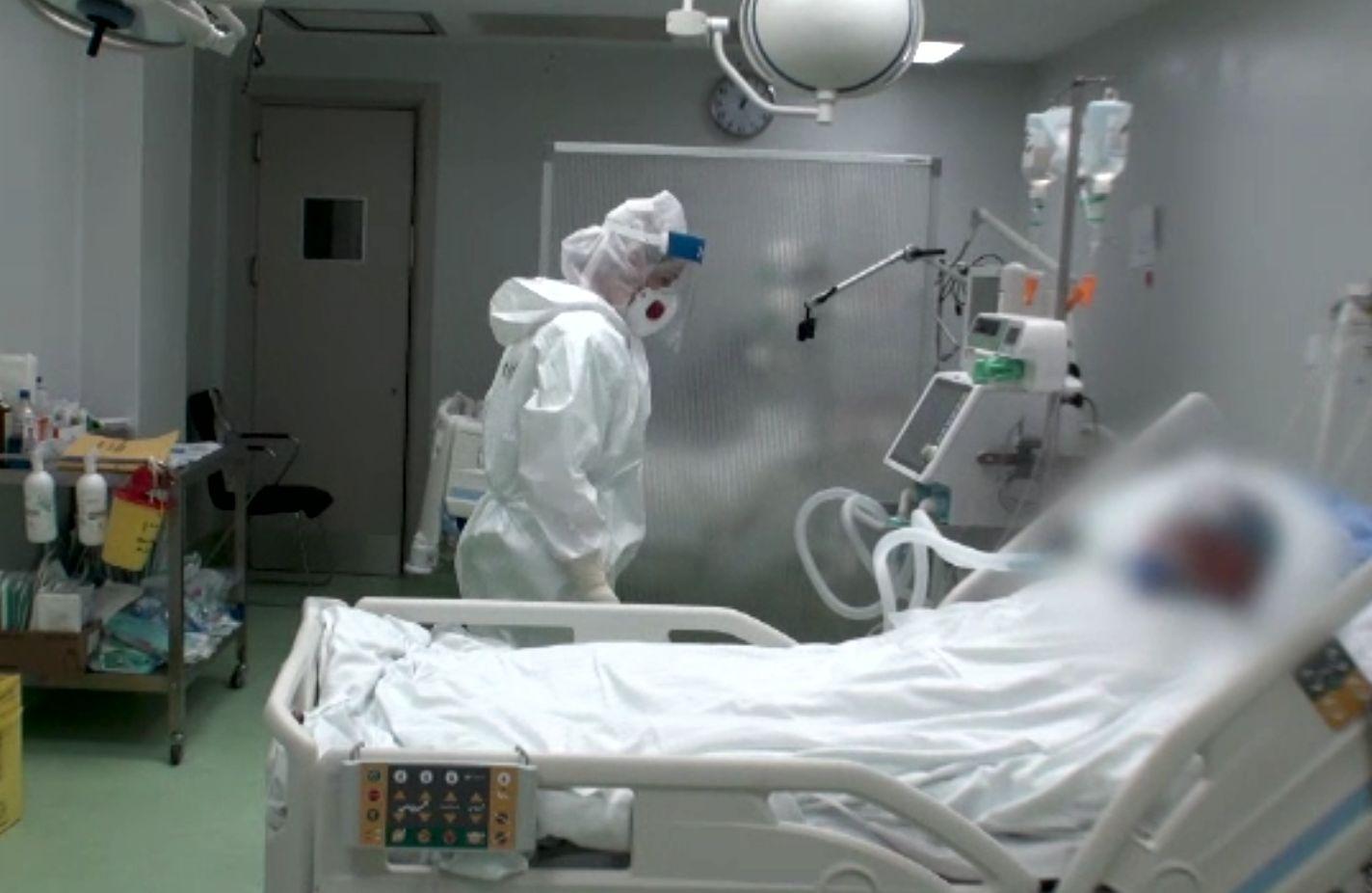 Ambulanțele au stat la cozi să predea bolnavii de COVID. Între timp, grupuri de pelerinii merg la Sfânta Parascheva