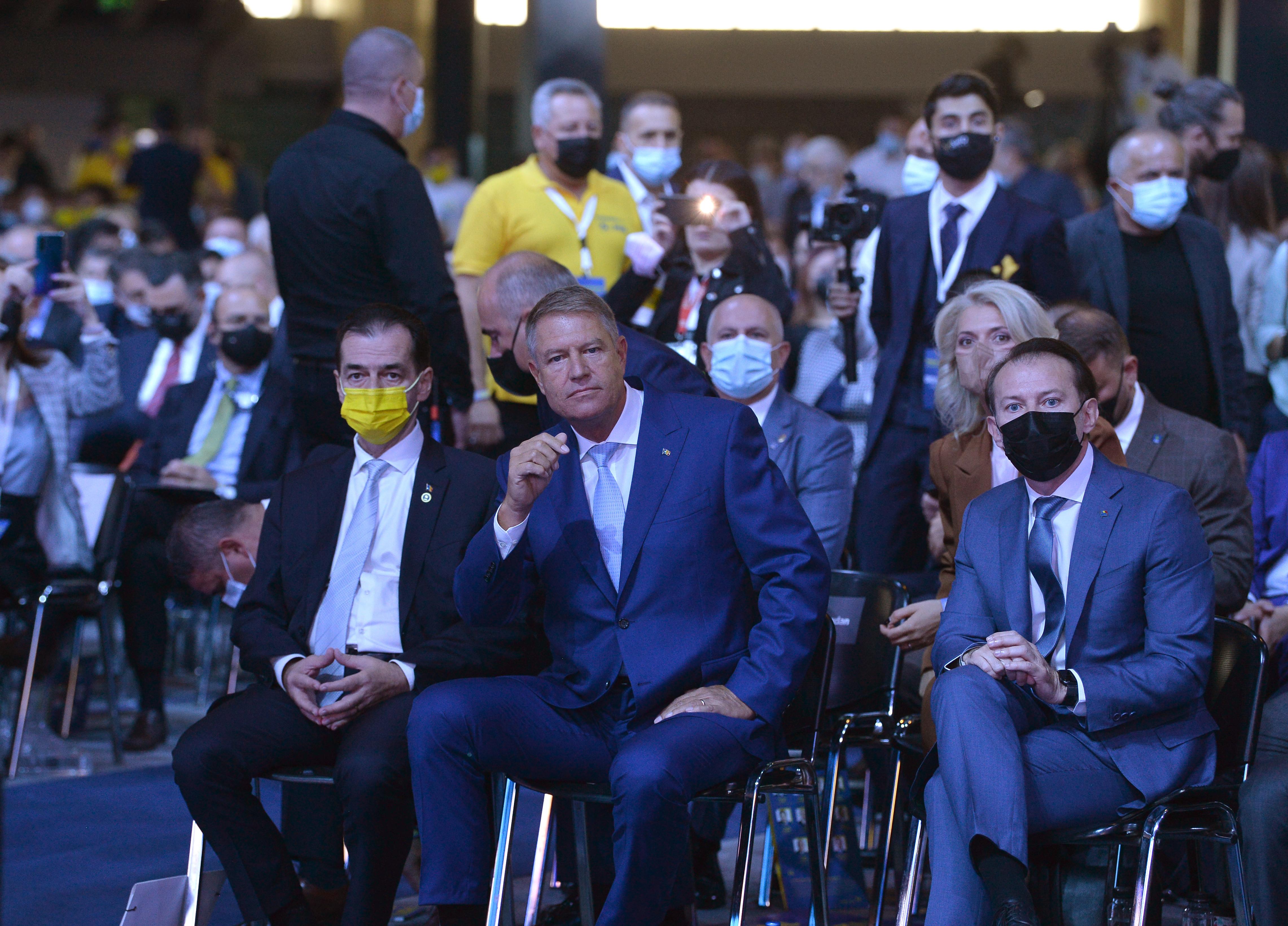 Președintele Iohannis, fără mască anti Covid-19 la congresul PNL cu 5000 de oameni