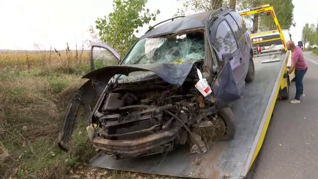 Cinci adolescenți și un adult au ajuns la spital, după ce mașina în care se aflau a intrat într-un copac