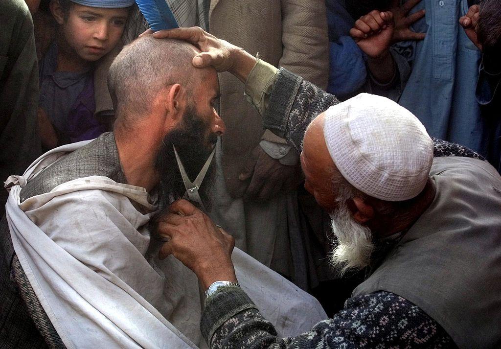 """Talibanii au interzis frizerilor afgani să mai radă și să tundă bărbile. """"Nimeni nu are dreptul să se plângă"""""""