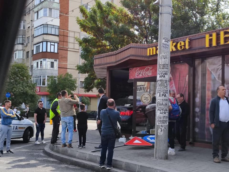 Un bărbat din Craiova a intrat cu mașina într-un magazin, după ce s-a ciocnit cu un TIR. VIDEO și GALERIE FOTO
