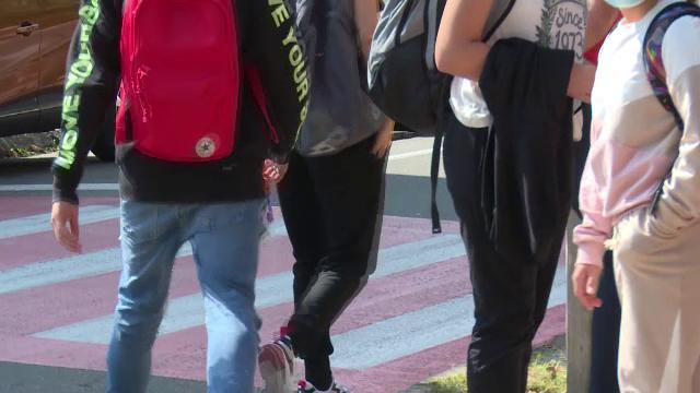 Un elev din Târgoviște a fost tăiat cu un briceag de un coleg. Totul ar fi pornit de la un telefon mobil