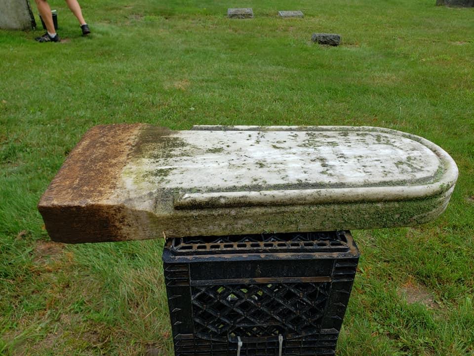 O piatră funerară disparută din cimitir de 150 de ani, gasită în bucătăria unei femei. O folosea să facă caramele