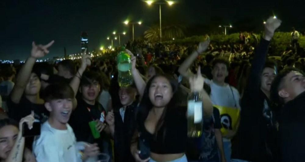 Zeci de mii de oameni au petrecut pe străzile din Barcelona. Distracția s-a lăsat cu bătaie și arestări