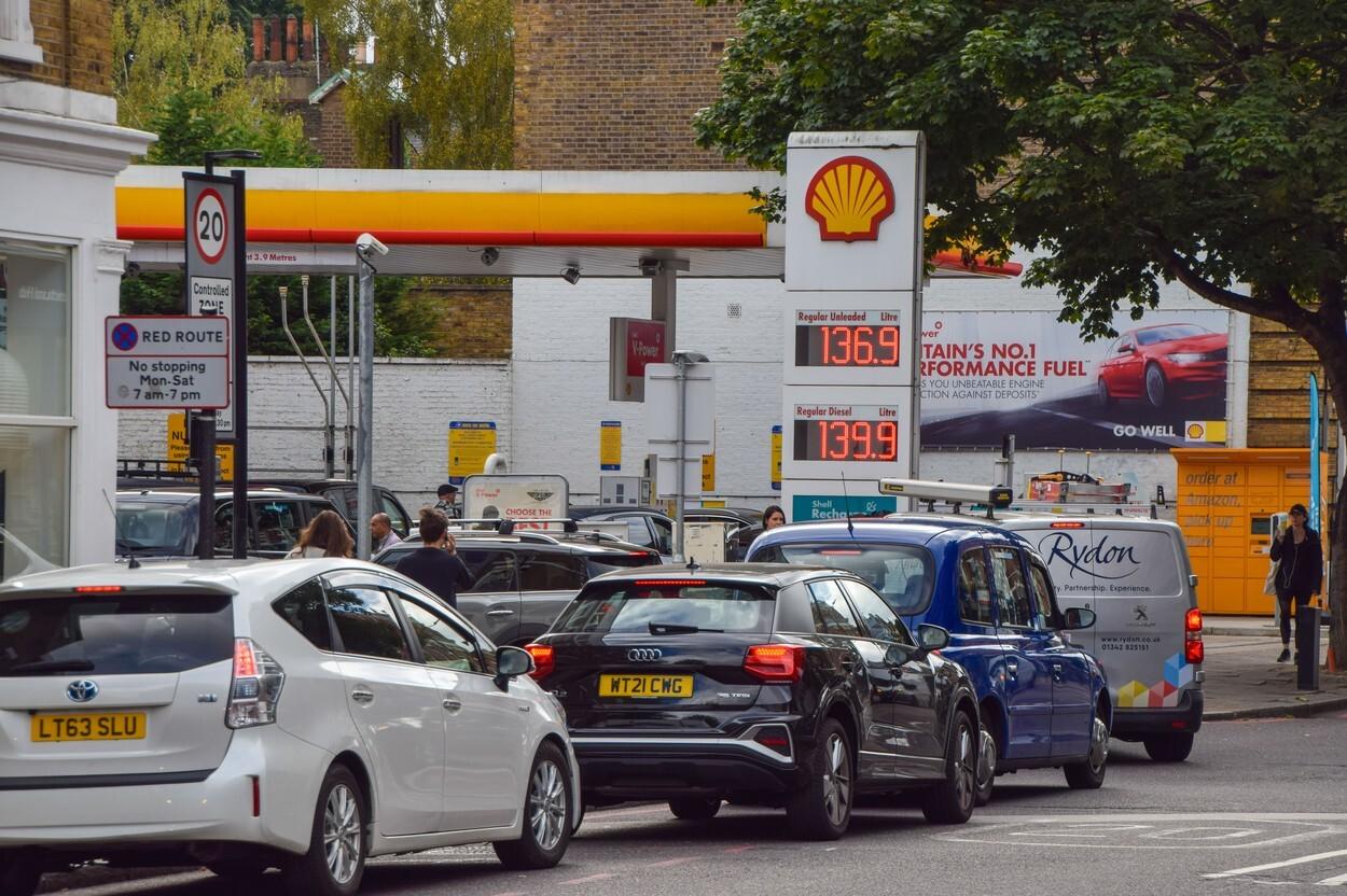 Benzina a început să fie distribuită cu rația în UK. Cozi uriașe la pompe. FOTO