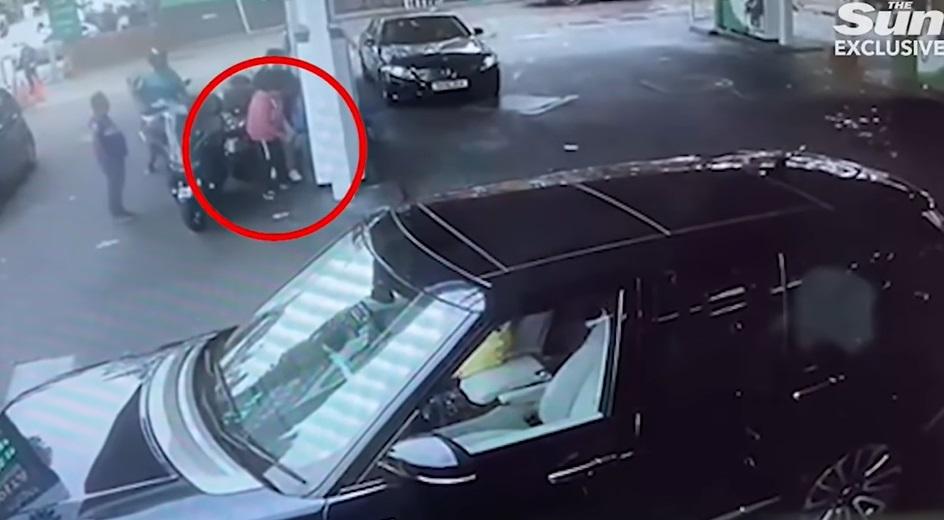 Criza combustibilului din UK atinge limite de nedescris. Momentul în care o femeie este atacată de un motociclist. VIDEO