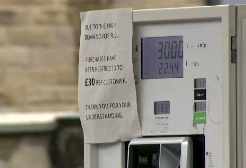 Stocul benzinăriilor din Marea Britanie se epuizează în 24 de ore. Boris Johnson cere oamenilor să cumpere mai puțin