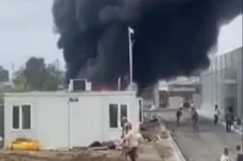 Incendiu în Baia Mare. Două containere în care erau depozitate materiale de construcţii au fost distruse de flăcări