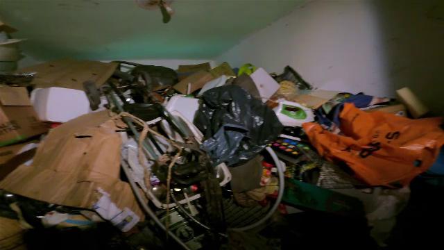 """Un bărbat și-a umplut casa de gunoaie până la tavan, spre disperarea vecinilor. """"Aici, când e căldură, nu se respiră"""""""