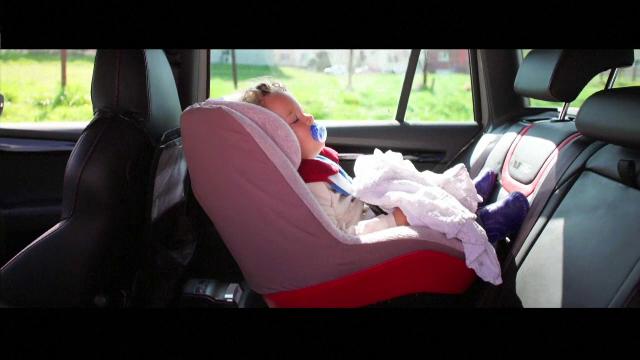 Alarmă pentru părinții care își uită copiii în mașină. Cum funcționează