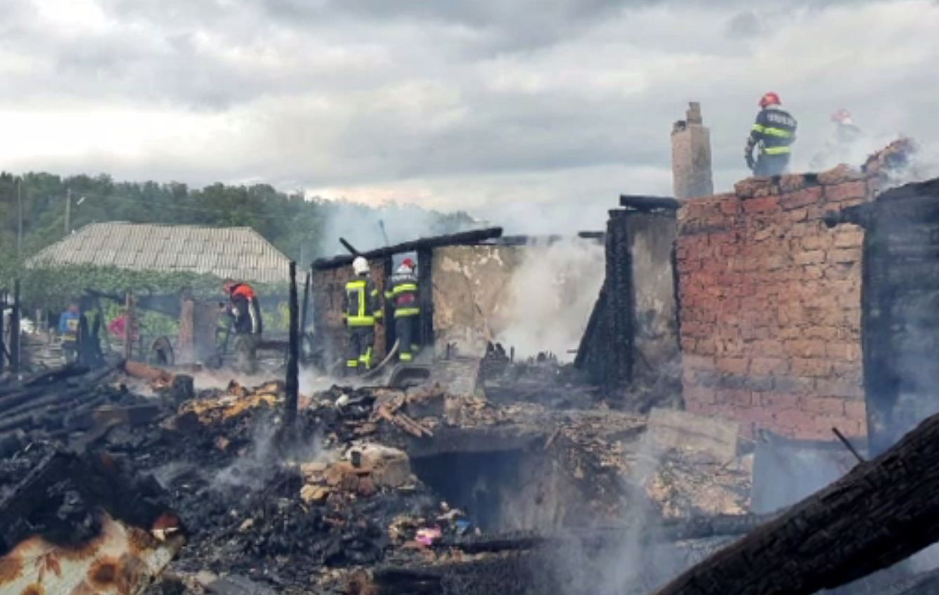 Doi bătrâni rămași fără casă după un incendiu nimicitor, ajutați de vecini. Mai au doar hainele de pe ei