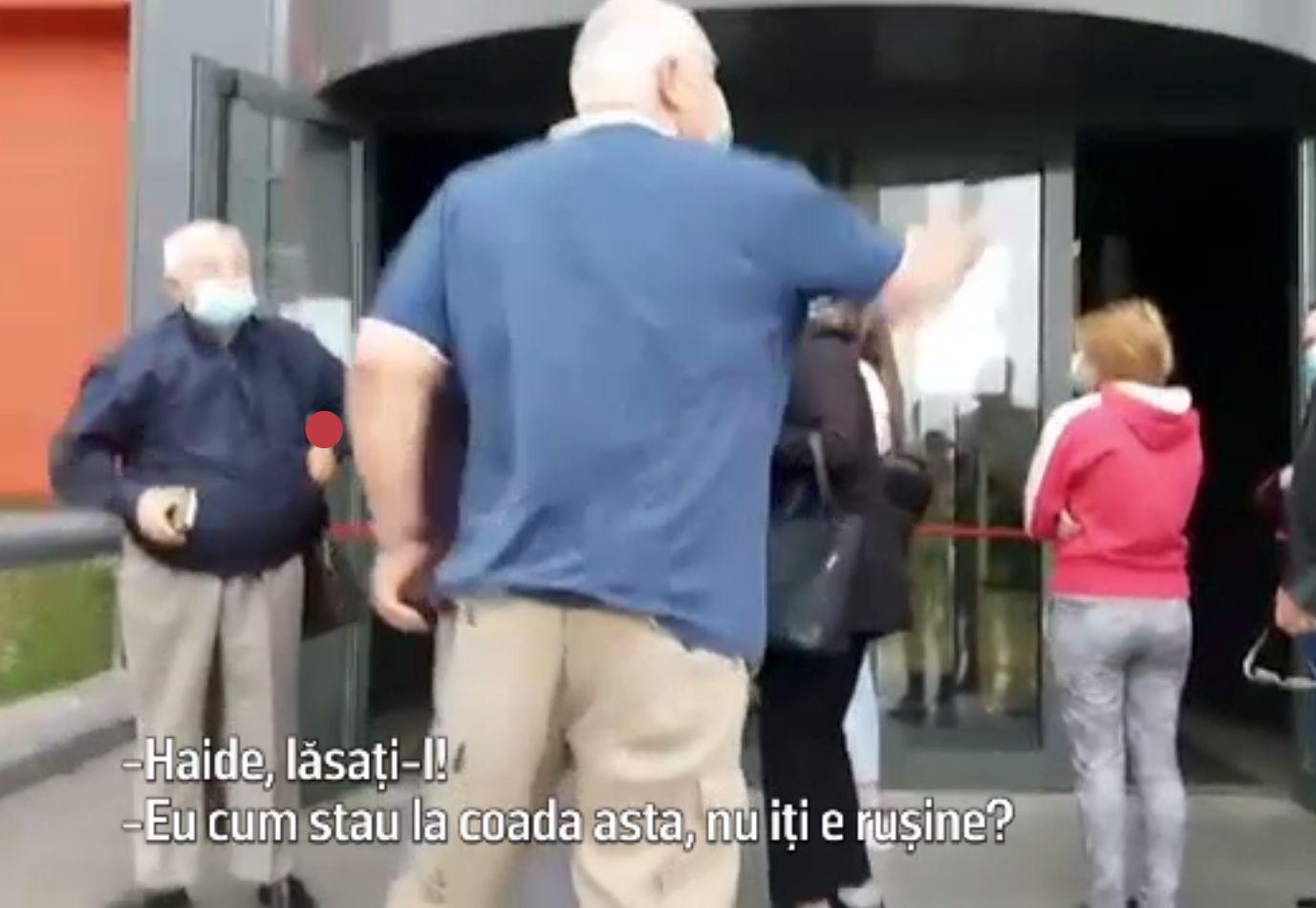 Scandal la vaccinare în Craiova. Oamenii s-au certat la coadă, pe programări