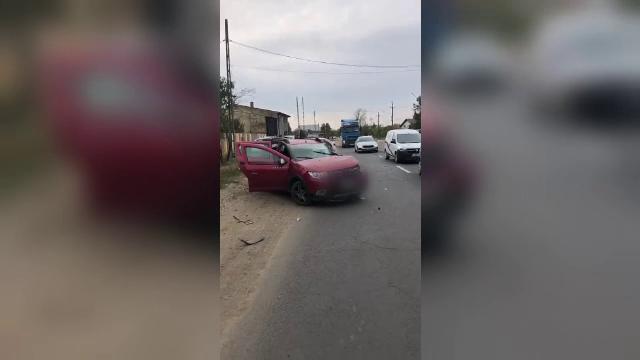 Două persoane au fost rănite după ce mașina în care se aflau a intrat într-un camion