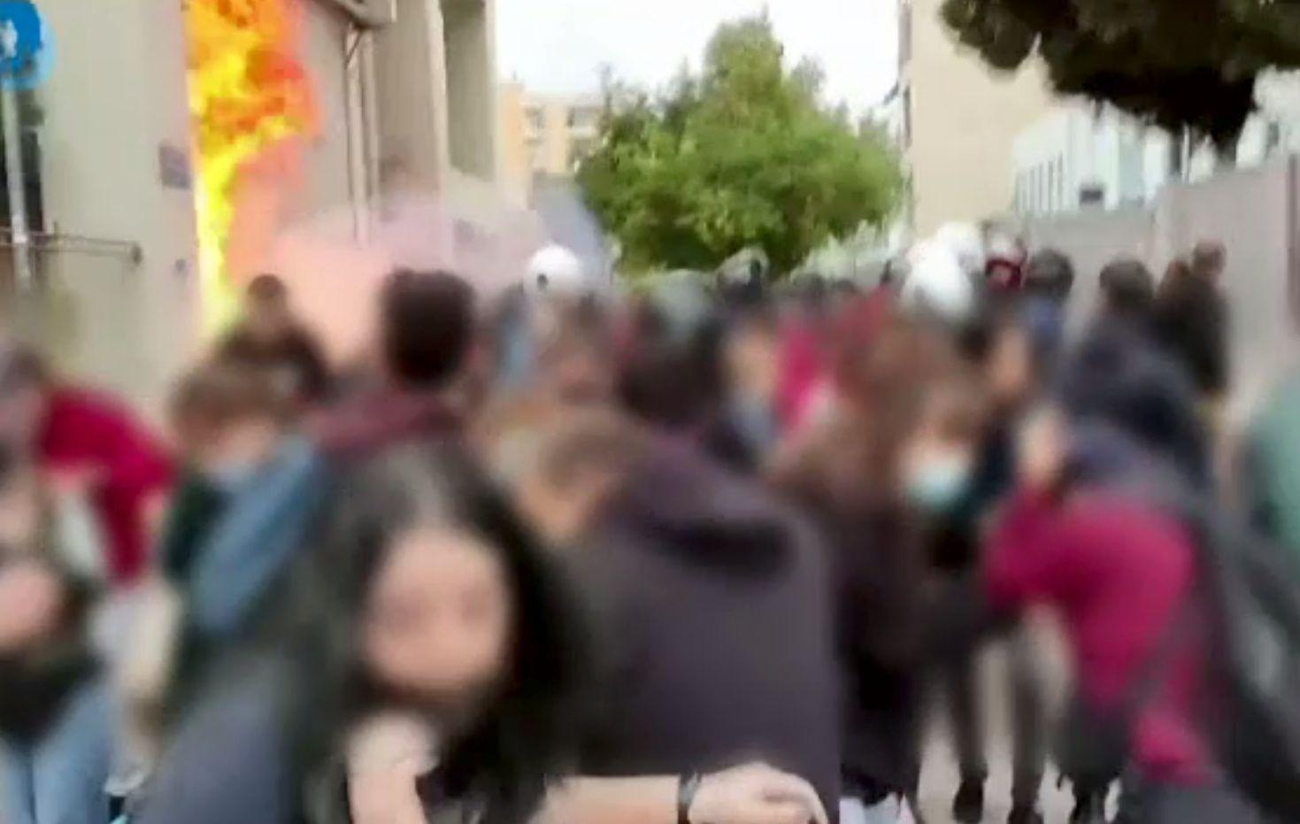 Confruntări cu poliția au avut loc la un liceu din Grecia. Minori neonaziști înarmați, reținuți