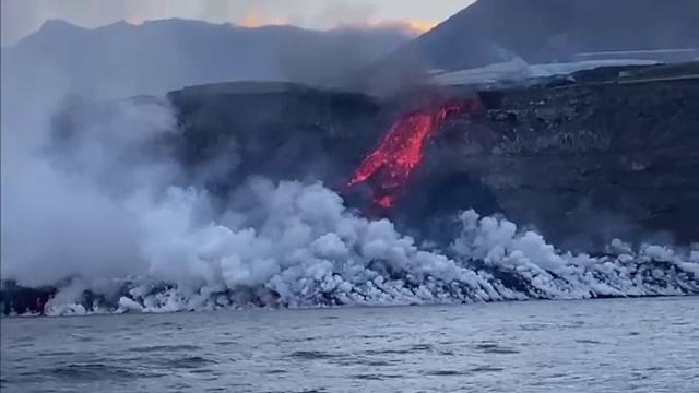 Alertă pe insula La Palma. A apărut pericolul vaporilor toxici, după ce șuvoaiele de lavă au ajuns în Atlantic