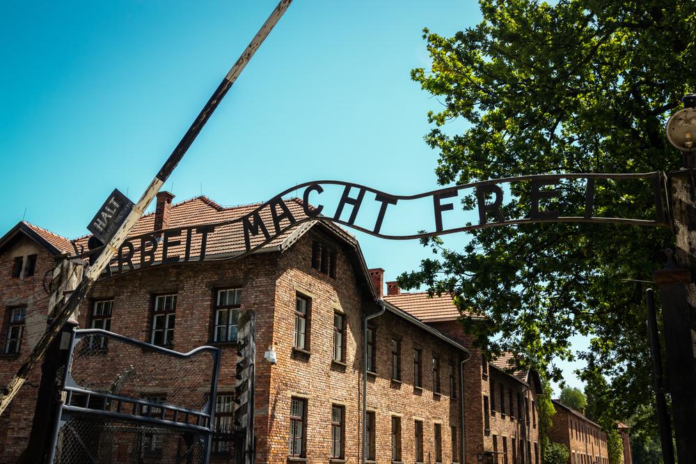 Fostă secretară nazistă, fugită de la azil în dimineața procesului. S-a emis mandatul de arestare